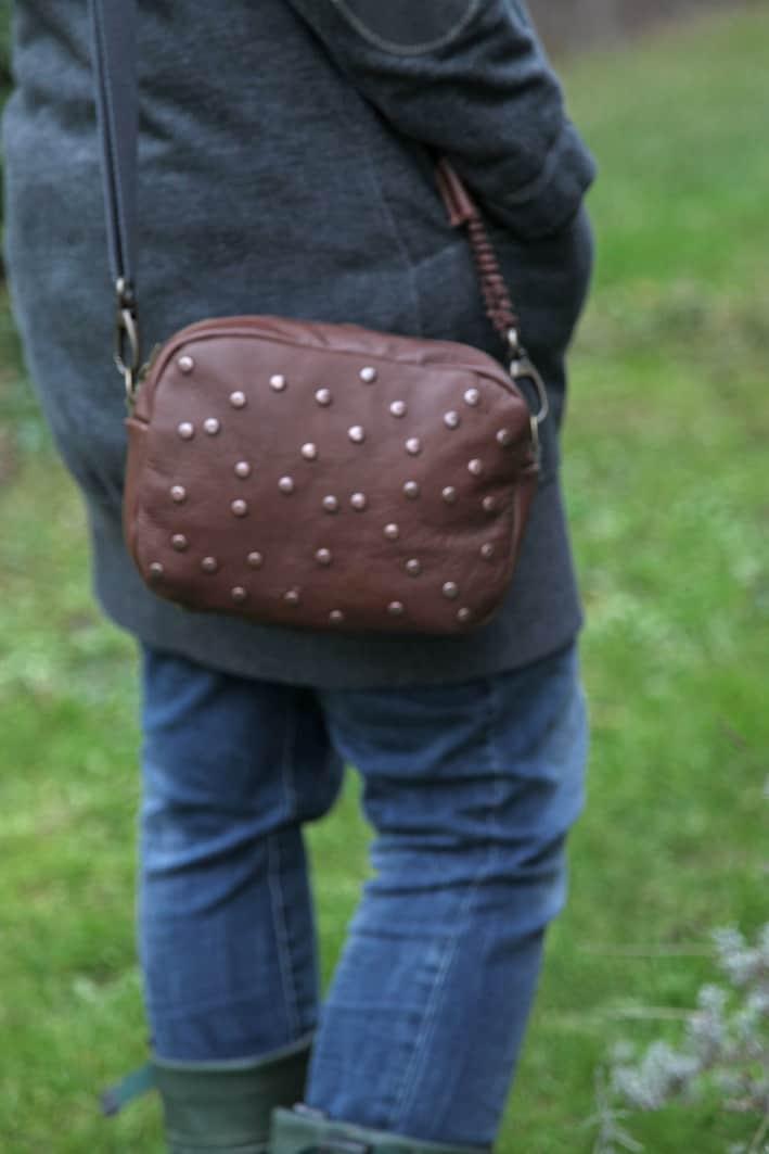 Lederhandtasche im Größenvergleich